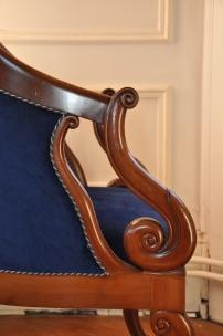 fauteuil en acajou et velours bleu roi coté