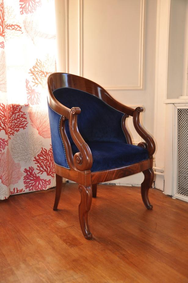 fauteuil en acajou et velours bleu roi